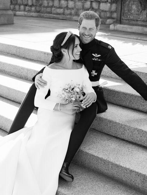 Książę i księżna Sussex na schodach tarasu zamku w Windsorze