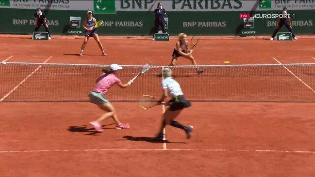 Dobra gra Świątek przy siatce w 1. secie finału gry podwójnej we French Open