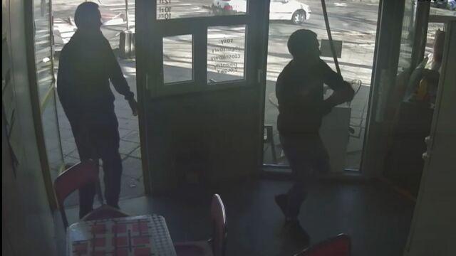 Podzielili kij od szczotki i napadli sprzedawcę kebabu.