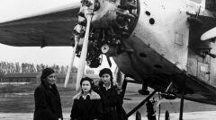 Aleksandra Piłsudska z córkami Wandą (wyższa) i Jadwigą przed samolotem typu Fokker F.VII/3m, którym odbyła lot nad Warszawą. Fotografia z 25 października 1932 roku