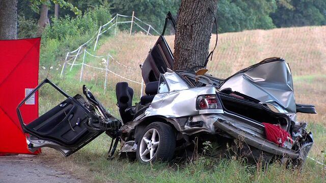 Nastolatek za kierownicą.  Pędził, uderzył w drzewo, zginął