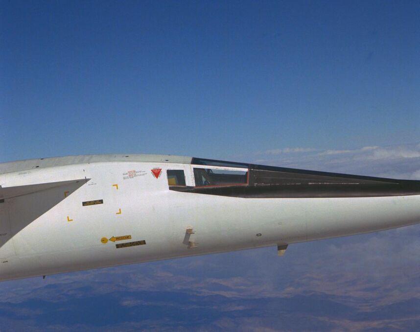 Dziób maszyny gotowej do lotu z dużą prędkością. Przy starcie i lądowaniu opuszczano czarny element przed kabiną pilotów, żeby mogli więcej widzieć