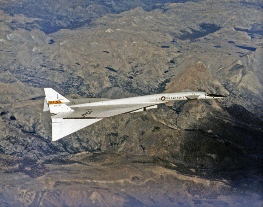 XB-70A podczas lotu z dużą prędkością i na dużej wysokości z opuszczonymi końcówkami skrzydeł. Pomagało to utrzymać kontrolę nad niestabilną maszyną