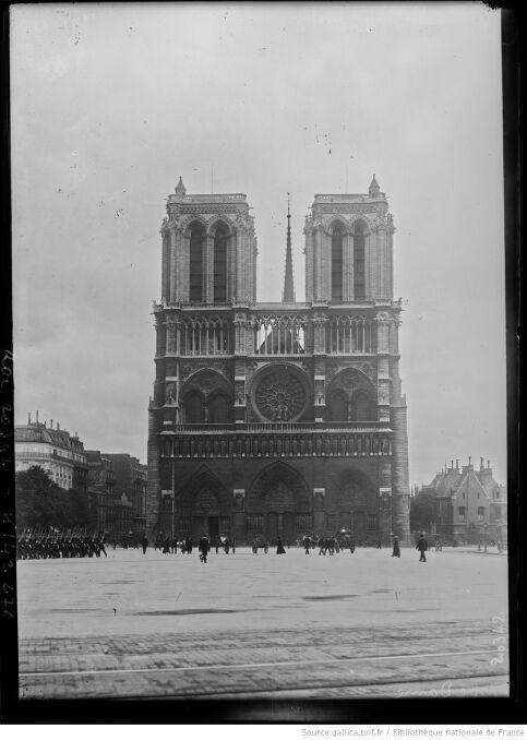 Katedra Notre Dame na archiwalnych zdjęciach