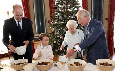 Rodzina królewska przygotowująca świąteczne puddingi