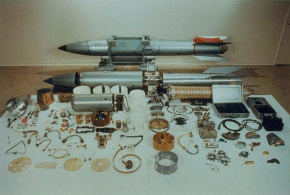 Złożona i rozłożona makieta bomby B-61