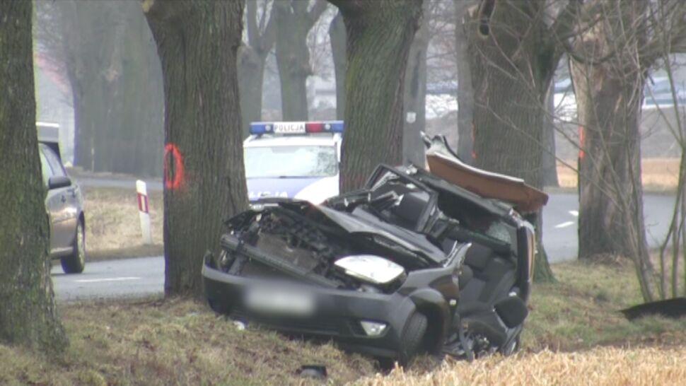 Szklanka na drodze. Auto wpadło w poślizg, uderzyło w drzewo. Nie żyje pasażer