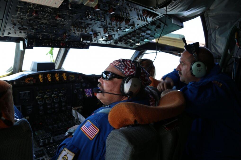 W kokpicie WP-3D NOAA jest ciasno, bo zazwyczaj na misję leci trzech pilotów i dwóch inżynierów. Jeden pilot i jeden inżynier są dodatkowo na wszelki wypadek