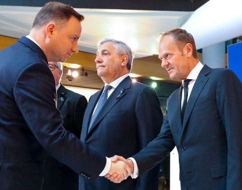 Powitanie Andrzeja Dudy i Donalda Tuska podczas uroczystości żałobnych ku pamięci Helmuta Kohla w Parlamencie Europejskim w Strasburgu