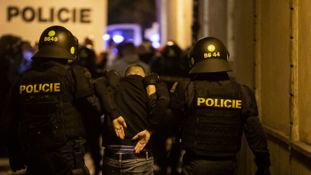 Pijani Anglicy rozrabiali w Pradze. Zobacz zdecydowaną interwencję policji