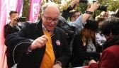 Liderzy Lewicy zszyli biało-czerwoną flagę przed Sejmem