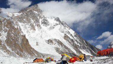 Polak ewakuowany helikopterem z K2. Bask i Rosjanie kontynuują wspinaczkę