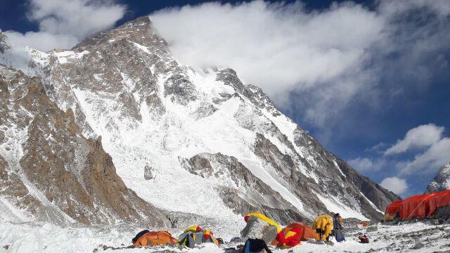 Polacy idą w górę na K2. Po wypadku dołącza Bielecki