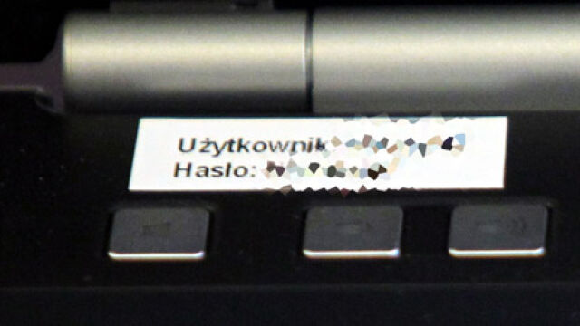 Hasło przyklejone do laptopa. Premier go nie pamięta