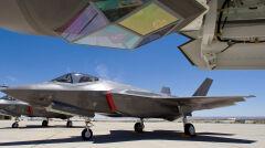 Widoczne na zdjęciu oszklone wybrzuszenie to system optoelektroniczny służący do namierzania celów i naprowadzania na nie uzbrojenia. Większość współczesnych samolotów przenosi go w dodatkowych zasobnikach. F-35 ma wbudowany, ale za cenę ogranniczonych możliwości
