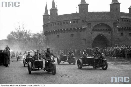 Oddziały motocyklowe w trakcie defilady pod Barbakanem podczas Obchodów Święta Niepodległości w Krakowie, 1937-11-11.