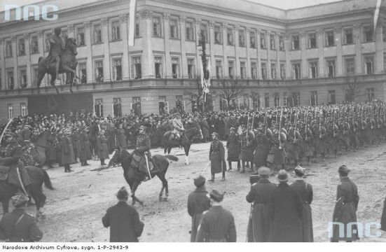 Marszałek Piłsudski na Kasztance przyjmuje defiladę wojsk piechoty podczas Obchodów Święta Niepodległości na placu Saskim w Warszawie, 1926-11-11.