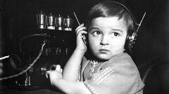 """Album """"100x100"""": Dziewczynka podczas słuchania radia (sygn. 1-P-2262a-4) - 309 polubień"""