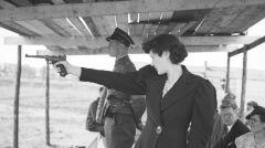 """Album """"100x100"""": Marta Gałązkówka oddaje strzał z pistoletu (sygn. 1-S-2946-21) - 245 polubień"""
