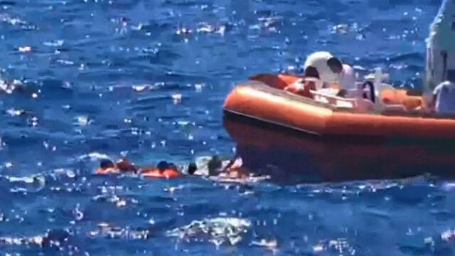 Panika na pokładzie, ludzie skaczą do morza.