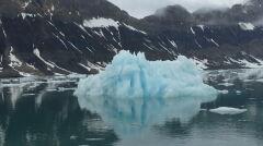 Góra lodowa – efekt cielenia się lodowca Paierl na Spitsbergenie