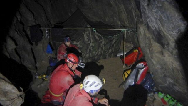 Minął tydzień, od kiedy weszli do jaskini. Nadal nie ma kontaktu z grotołazami