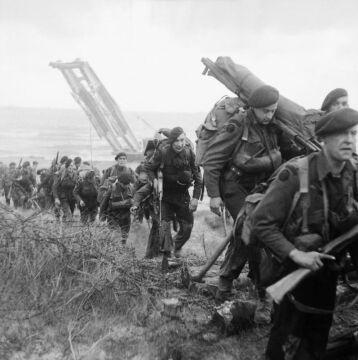 """Brytyjska piechota morska na plaży """"Sword"""" (6.06.1944 r.)"""