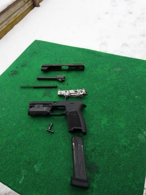 Mniej więcej tak będzie wyglądał nowy pistolet US Army po rozłożeniu. Wojskowa wersja różni się detalami i nie ma standardowo widocznej tutaj latarki pod lufą