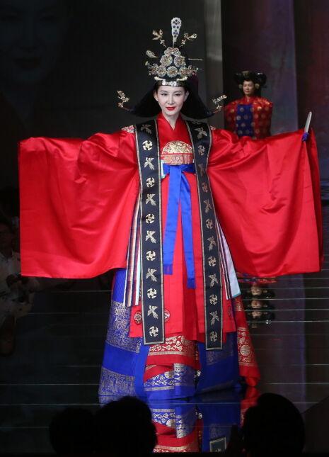 """Seul. Charytatywny pokaz tradycyjnej koreańskiej mody. Sukienkę """"daerebok"""" prezentuje aktorka Chae Shi-la"""