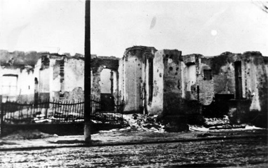 Ruiny Szpitala Wszystkich Świętych w Wieluniu po zbombardowaniu go przez lotnictwo hitlerowskie w dniu 1 września 1939 - widok od strony ul. obecnie 1-maja