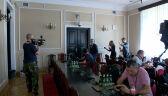 Piotrowicz nie odpowiadał na pytania i chodził dookoła sali