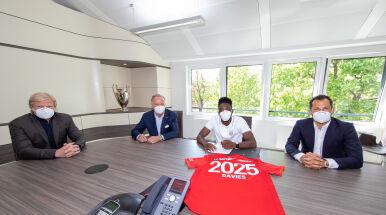 Gabinet, cztery maski i jeden podpis. Bayern nie puści Daviesa