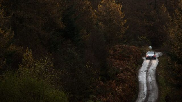 Kubica pomylił drogę i w Rajdzie W.Brytanii jest daleko za czołówką
