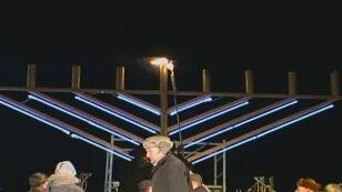 Zgodnie z tradycją zapalono pierwszą z ośmiu świec