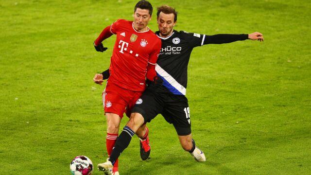 """Trzy bramki nie wystarczyły Bayernowi do wygranej. """"Lewy"""" ucieka w klasyfikacji strzelców"""