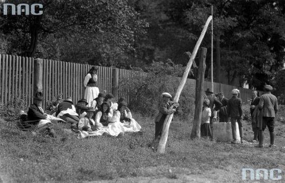 Odpoczynek przy studni podczas uroczystości Reymontowskich w Wierzchosławicach, 1925.
