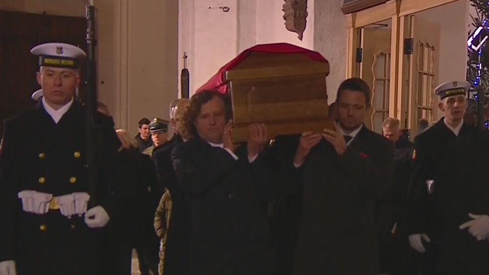 Sześciu prezydentów wniosło trumnę Pawła Adamowicza do Bazyliki Mariackiej