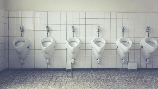 """Mają dość stania w kolejkach. """"Panie szykują się do ataku na męskie toalety"""""""
