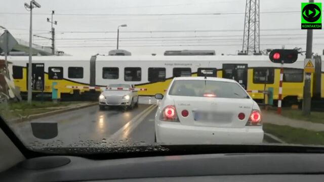 Samochód utknął między rogatkami. Tuż za nim jedzie pociąg