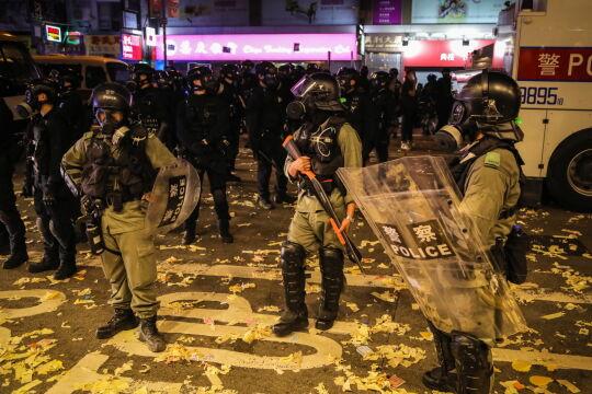 Prodemokratyczne protesty trwają w Hongkongu od czerwca i choć większość osób demonstruje pokojowo, często dochodzi również do starć pomiędzy policją a radykalnymi grupami protestujących