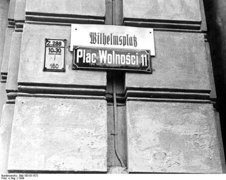 Plac Wolności - podwójne oznakowanie ulic