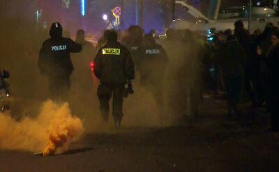Rzecznik stołecznej policji: świeca dymna rzucona przez jedną z osób protestujących