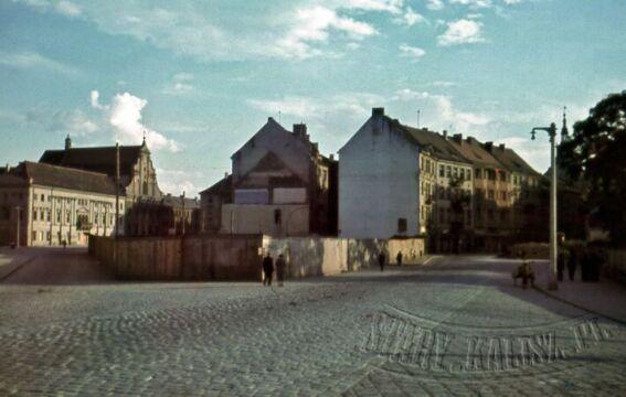 Dawne przedmieście Stawiszyńskie. Ogrodzenie to pozostałości po zburzonej cerkwi.