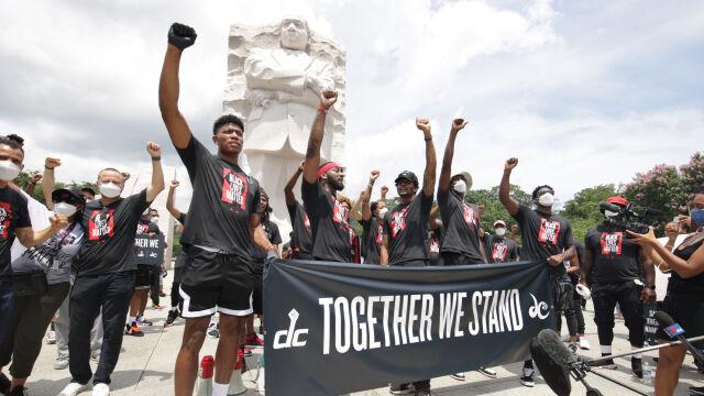"""""""Czarne życie ma znaczenie"""" na parkiecie. NBA pomaluje boiska"""