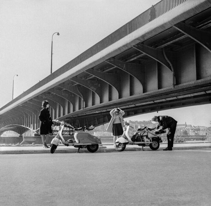Przejażdżka skuterami nad Wisłą pod Mostem Śląsko-Dąbrowskim, 1960.