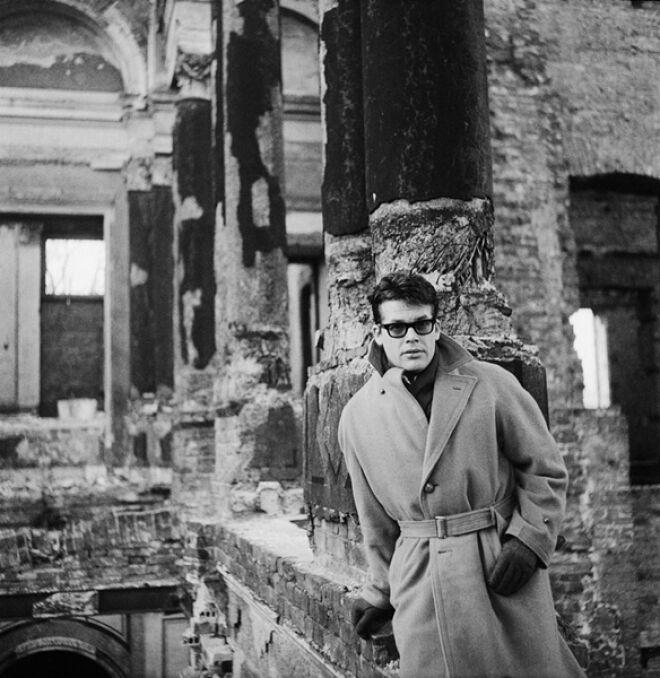 Zbigniew Cybulski w ruinach Pałacu Kronenberga przy ulicy Królewskiej, 1962.