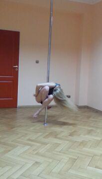 Najmłodsza gdyńska radna pokazuje zdjęcia z treningów pole dance