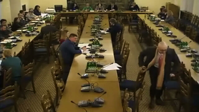 """""""Nie jest mnie pani w stanie obrazić!"""". Wzburzony Kamiński opuścił obrady komisji"""