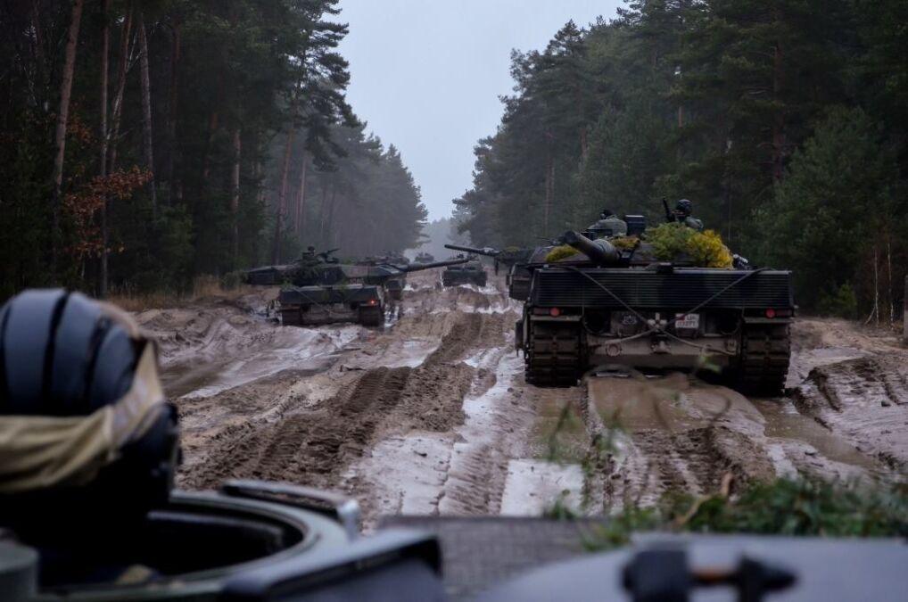 Kolumna czołgów Leopard 2A5 w marszu na poligon