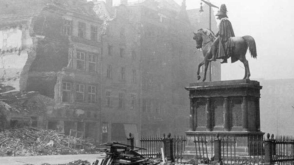 Zrzucane i przetapiane. Niemieckie  pomniki w powojennym Wrocławiu